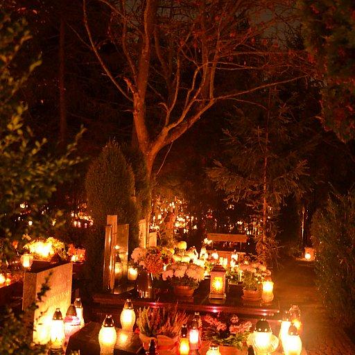 Cmentarz wieczorową porą
